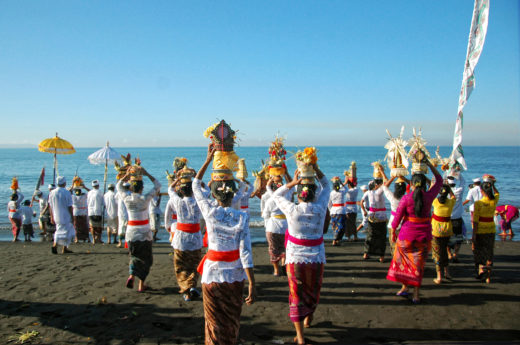 Dressed in temple attire, Balinese Hindus make their way to the ocean to wash holy statues and make offerings during the annual pre-new year Melasti ceremony. Photo by Gholib/Zuma Press/Corbis